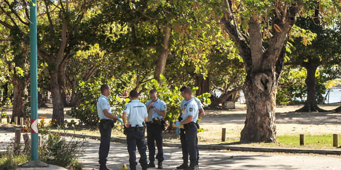 Des gendarmes sur les lieux d'une fusillade entre bandes rivales à Saint-Anne (Martinique), le 13 janvier.