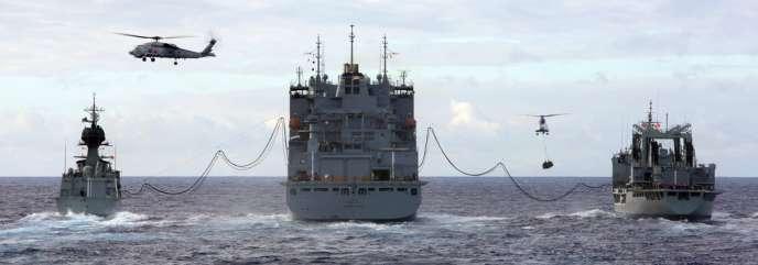 Ravitaillement de navires australiens participant aux recherches du MH370 par un navire américain, le 15 avril 2014.