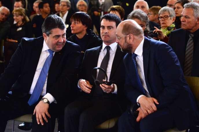 Manuel Valls entouré par le ministre allemand de l'économie, Sigmar Gabriel (SPD), et le président du Parlement européen, Martin Schulz, à Berlin, le 14 avril.