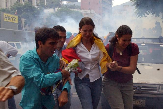Maria Corina Machado (au centre) lors d'une manifestation à Caracas le 1er avril