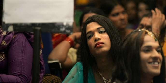 La Cour suprême a ordonné au gouvernement de l'Inde et aux Etats du pays d'identifier les transgenres comme un troisième genre neutre et de leur donner droit aux mêmes aides sociales et à des emplois réservés, comme les autres groupes minoritaires.