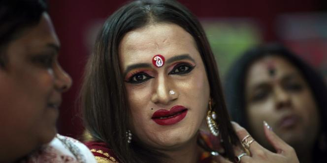 «Mes sœurs et moi avons le sentiment d'être de vrais Indiens et sommes très fiers car nos droits ont été reconnus par la Cour suprême», a déclaré Lakshmi Narayan Tripathi, militant reconnu des eunuques et transgenres.