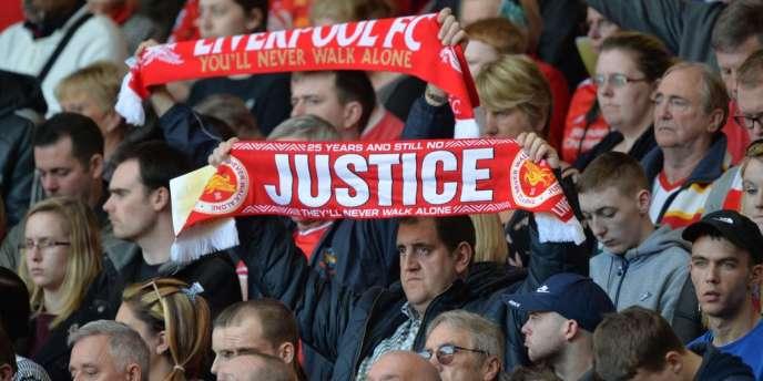Des supporteurs lors de la cérémonie d'hommage aux victimes d'Hillsborough, à Liverpool, le 15 avril 2014.