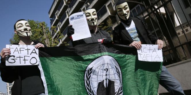Des manifestants hostiles au traité Tafta défilent à Paris, le 10 avril.