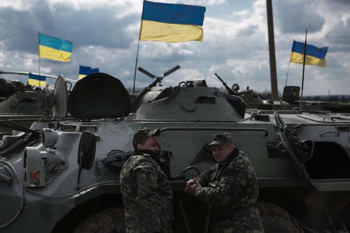 Des soldats de l'armée ukrainienne attendent leurs ordres à Izum, dans l'est du pays, le 15 avril.