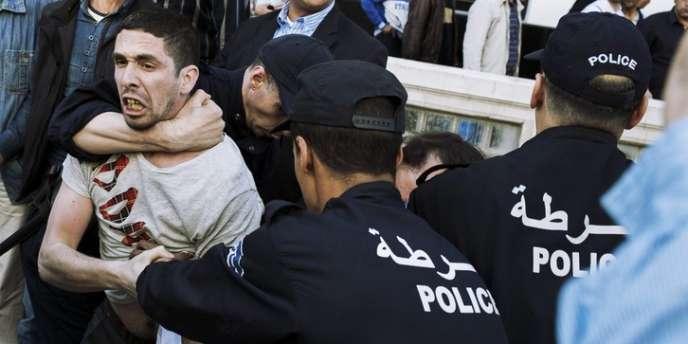 Intervention policière musclée dans la rue Didouche Mourad à Alger, lors de la tentative de rassemblement du mouvement Barakat, le mercredi 16 avril 2014.
