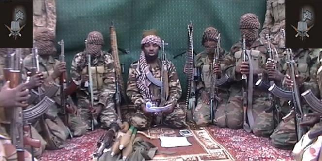 Capture d'écran datée du 25 septembre 2013 et montrant des membres de Boko Haram. Au centre se trouve Aboubakar Shekau, le chef présumé du groupe islamiste.