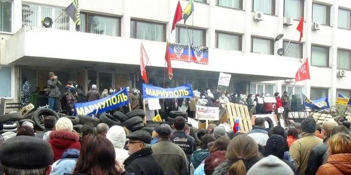 Mi-avril, les séparatistes ont pris le contrôle de l'administration municipale de Marioupol et de bâtiments officiels dans une dizaine d'autres villes de l'est du pays — ici la mairie de Marioupol prise d'assaut par des séparatistes, le 13avril.