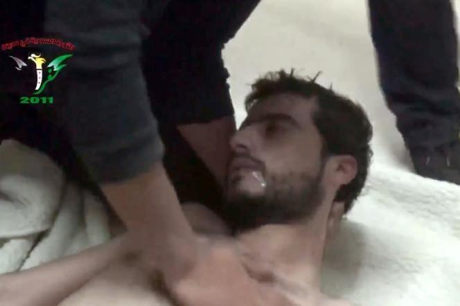 Capture d'écran de la vidéo montrant la suffocation d'un homme à Kafar Zita, dans la province de Hama, le 12avril.