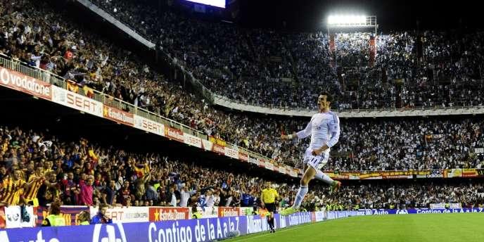 Gareth Bale laisse exploser sa joie devant les supporters du Mestalla, le 16 avril, en finale de la Coupe du roi.
