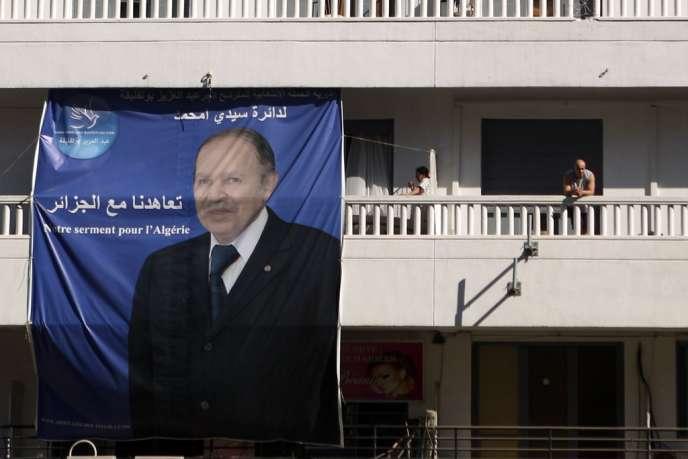 Durant la campagne du 23 mars au 13 avril, les Algériens ont pu voir Bouteflika à trois reprises à la télévision recevant de prestigieux invités. Sa maladie l'ayant empêché de mener lui-même cette campagne, il a chargé sept de ses proches de sillonner le pays pour convaincre les électeurs.