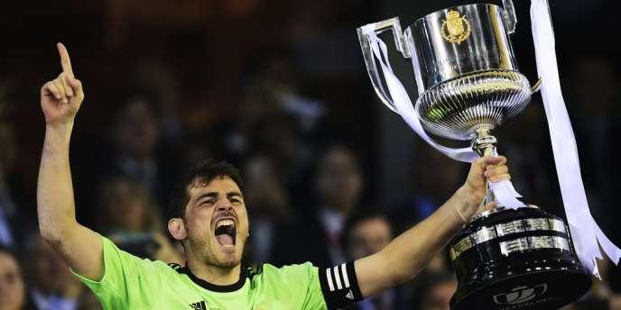 Iker Casillas brandit la Coupe d'Espagne remportée par le Real Madrid, le 16 avril.