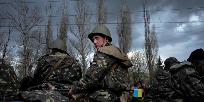 Des soldats ukrainiens désarmés à Kramatorsk, mercredi 16 avril.