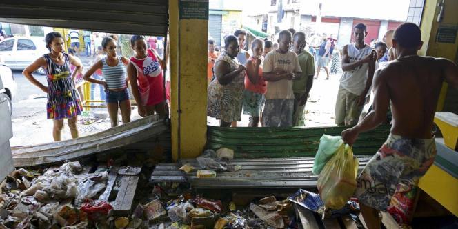 Un homme pille un magasin, le 17 avril, à Salvador.