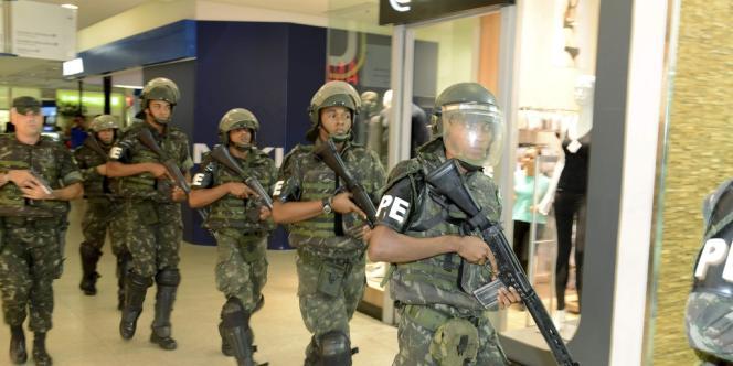 Des soldats patrouillent dans la ville de Salvador, le 17 avril.