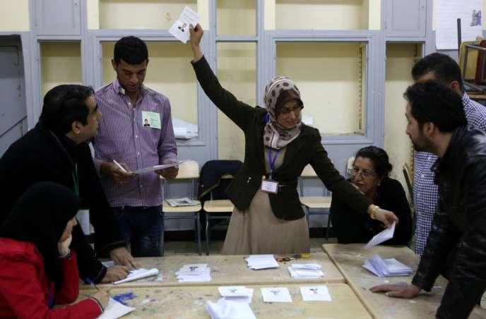 Dépouillement dans un bureau électoral d'Alger, le 17 avril.