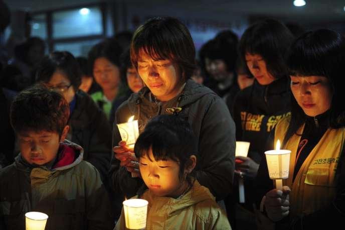 Rassemblement en hommage aux disparus du ferry naufragé en Corée du Sud, le 17avril.
