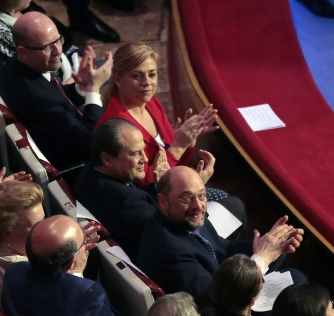 Martin Schulz, Jean-Christophe Cambadélis et la candidate du parti socialiste espagnol lors du meeting au Cirque d'hiver pour le lancement des européennes, le 17 avril, à Paris