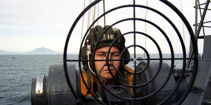 Les îles Kouriles du Sud sont revendiquées par le Japon depuis leur annexion par l'URSS en1945 —ici un garde-frontière à bord d'un bateau de patrouille, en août 2000.