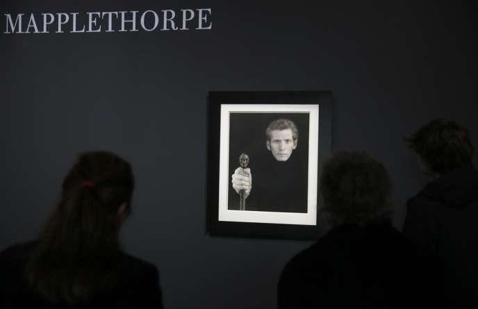 Un autoportrait du photographe américain Robert Mapplethorpe exposé au Grand Palais à Paris, le 24 mars 2014.