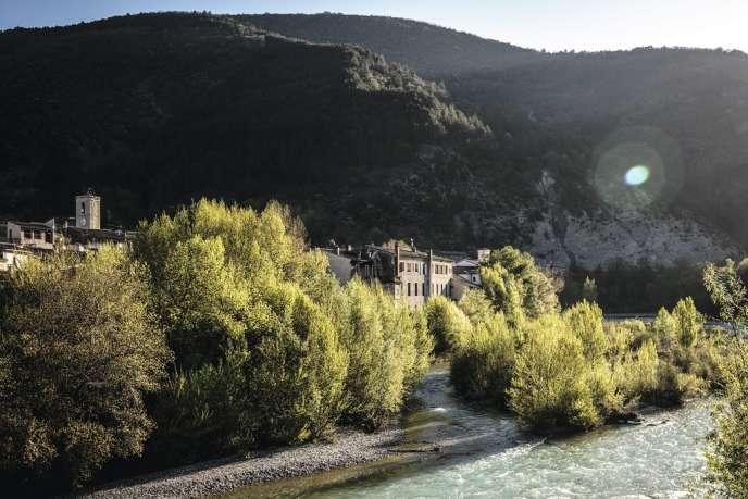 Au pied du massif des Trois Becs, au bord de la Drôme, Saillans compte près de 1 200 habitants.