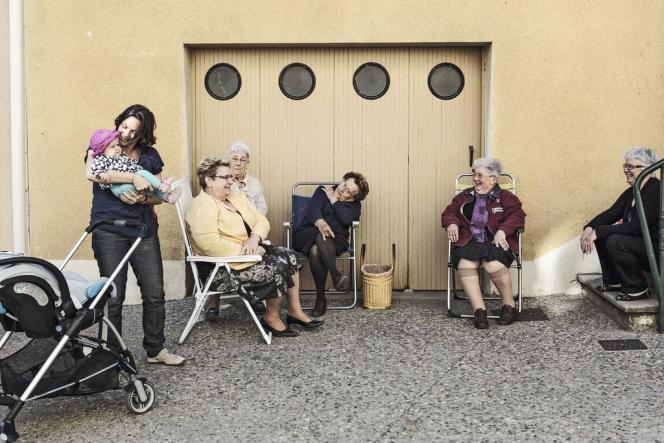 Dans le village règne une ambiance conviviale. L'après-midi, mamies et jeunes mamans se retrouvent dans la rue.