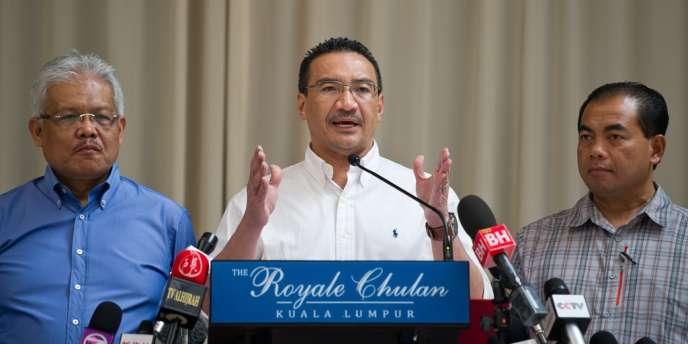 « Nous appelons tout le monde à travers la planète à prier afin que nous trouvions quelque chose », a déclaré le ministre des transports malaisiens lors d'une conférence de presse.
