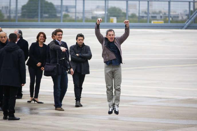 Didier François a laissé éclater sa joie devant ses confrères, dimanche sur la base de Villacoublay.