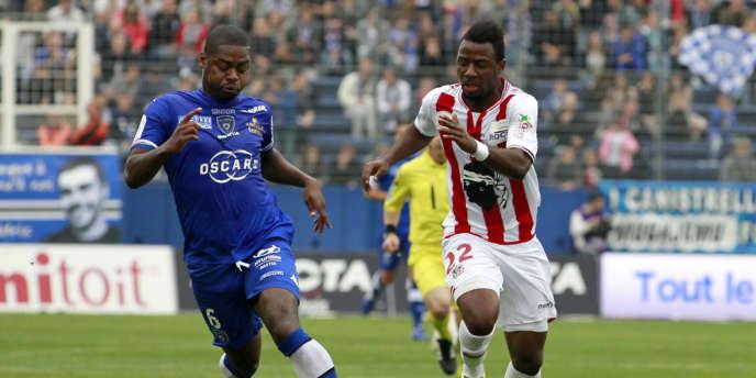Duel entre le Bastiais Romaric N'dri Koffi (à gauche) et l'attaquant d'Ajaccio Gadji Tallo.