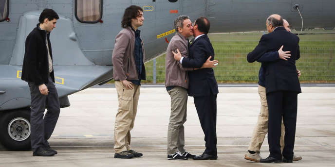 François Hollande et Laurent Fabius ont accueilli les quatre otages à leur sortie de l'hélicoptère.