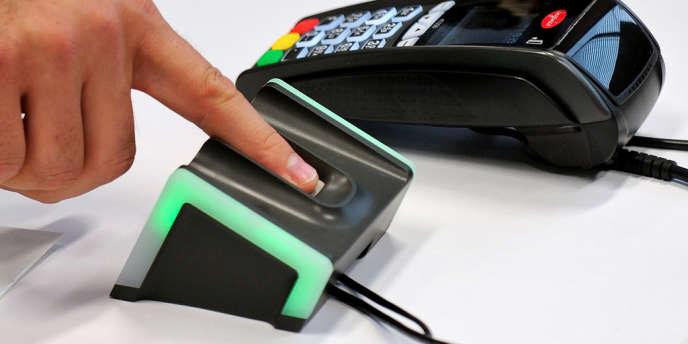 Présentation du système biométrique de paiement dans les locaux liloiss de l'association Natural Security en 2012.