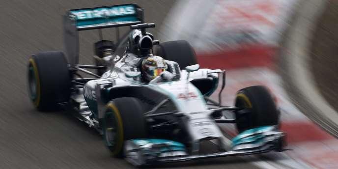 Parti en pole position, Hamilton, champion du monde 2008, n'a jamais été inquiété pendant les 56 tours de cette course disputée sous un ciel voilé mais sur piste sèche de bout en bout.