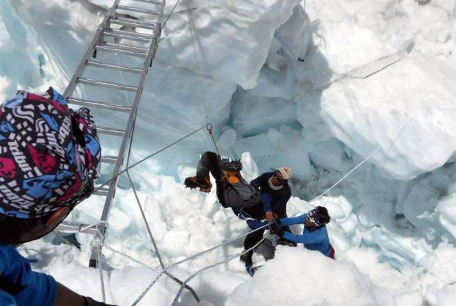 Des secouristes népalais sortant un rescapé des décombres, le 18 avril au camp de base de l'Everest.