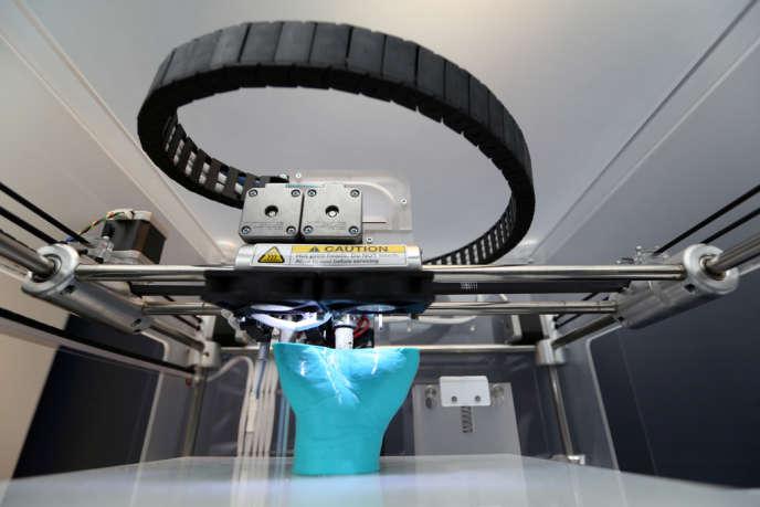 Reproduction d'une main avec une imprimante au salon 3D Printshow à Londres, le 8 novembre 2013.