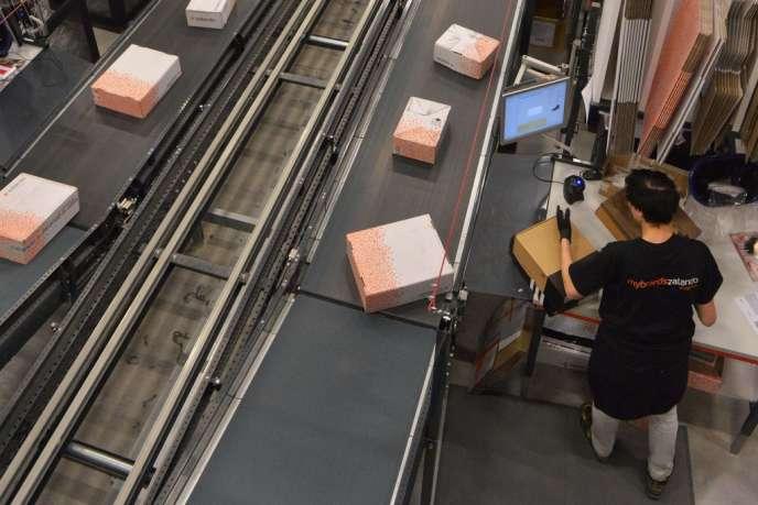 Photo d'un employé de chez Zalando prise le 12 décembre 2013 dans un des centres logistiques d'Erfurt en Allemagne.