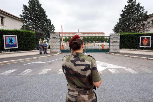 A l'entrée du 8e régime de parachutistes de l'armée française, en 2008 à Castres.