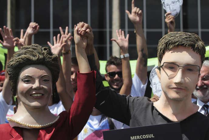 Le 13 février, à Brasilia, des pétitionnaires demandent au Brésil d'accorder l'asile politique à Edward Snowden, l'ex-consultant de la NSA.