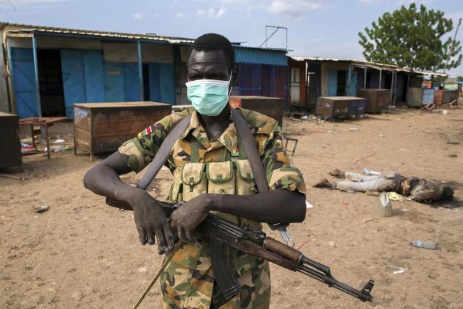 Un soldat des forces rebelles de l'ancien vice-président Riek Machar, le 20 avril à Bentiu.
