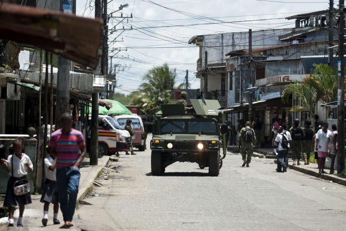Patrouille de l'armée colombienne à Buenaventura, le principal port du pays, le 25 mars. AFP/LUIS ROBAYO