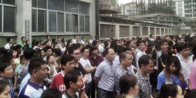 Lors d'une manifestation des ouvriers de l'usine de chaussures Yueyuen, à Dongguan (Chine), le 18 avril.
