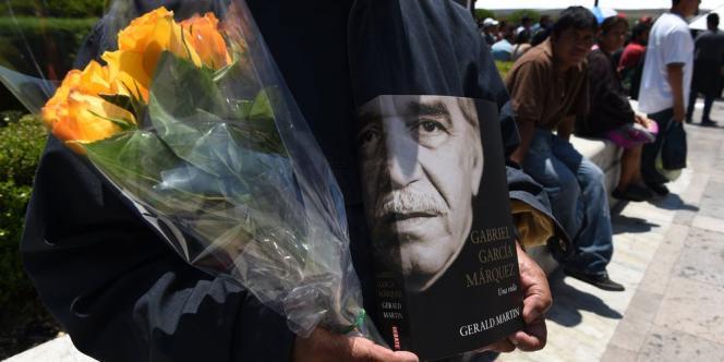 Dans la foule qui s'apprêtaient à défiler devant les restes de l'écrivain, nombreux étaient ceux qui portaient la fleur jaune, celle dont