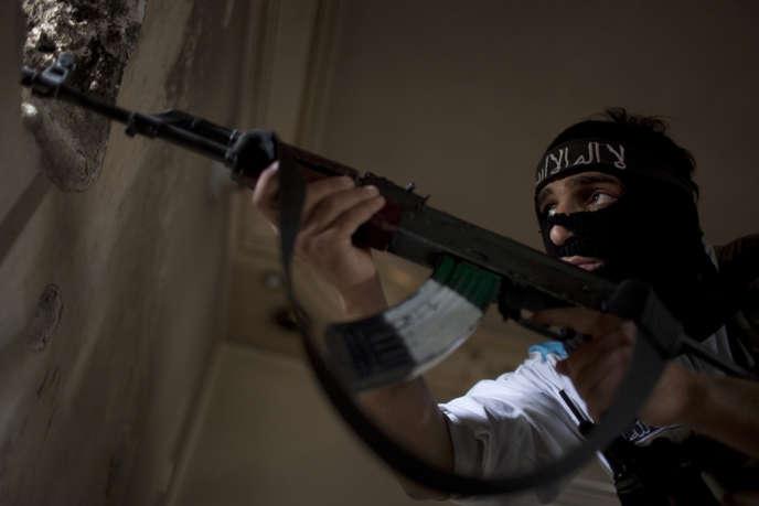 Un rebelle syrien à Alep, le 19 septembre 2013. La batterie de mesures envisagées par le gouvernement français concernerait quelque 700 personnes.