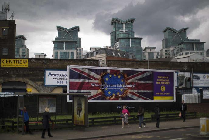 Qui dirige vraiment ce pays?», demande cette affiche de UKIP, placardée à Londres.
