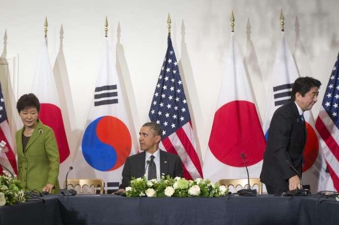 La présidente sud-coréenne, Park Geun-hye, Barack Obama, et le premier ministre japonais, Shinzo Abe, lors du sommet sur la sécurité nucléaire à La Haye (Pays-Bas), les 24 et 25 mars.