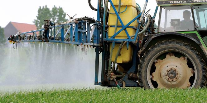 Épandage de pesticides dans un champ de Godewaersvelde (Nord), en juin 2013. La Cour de cassation a annulé, vendredi 6 mars 2015, la condamnation de l'Etat à indemniser un agriculteur atteint d'un cancer provoqué par des substances toxiques contenues dans des pesticides et herbicides.