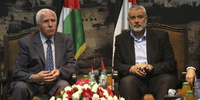 Le premier ministre de Gaza, et dirigeant du Hamas, Ismaël Haniyeh (à droite) et Azzam Al-Ahmad, à la tête de la délégation de l'OLP, le 22 avril à Gaza.