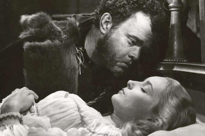 Orson Welles (Othello) et Suzanne Cloutier (Desdémone) dans le film américain d'Orson Welles,