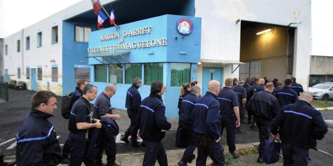 Les surveillants de la prison de Villeneuve-lès-Maguelone, devant les portes de l'établissement.