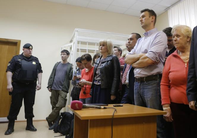 Alexei Navalny (deuxième à droite) assiste à une audience au tribunal de Moscou, le 22 avril.
