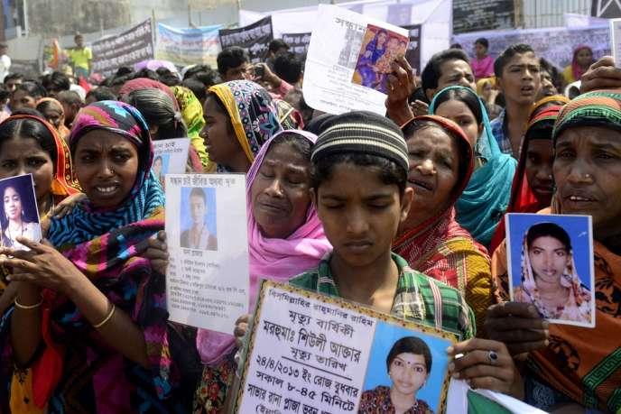 Manifestation à Dacca, le 24 avril 2014. Un an après l'effondrement du Rana Plaza, 140 ouvriers sont toujours portés disparus.